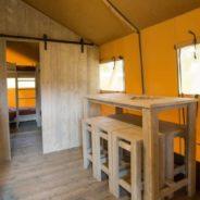Intérieur d'une Tente Lodge safari premium